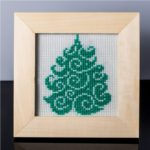 Tablou cu brad (verde pal) – cusut manual