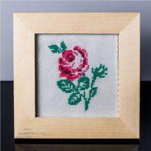 Tablou cu trandafir roz – cusut manual